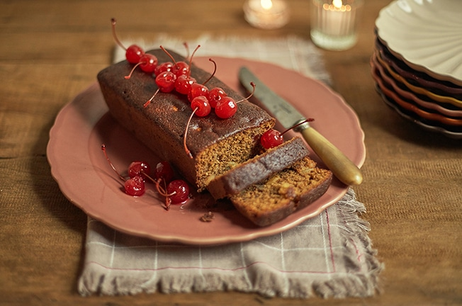 Bolo inglês servido no prato de bolo pimenta-rosa